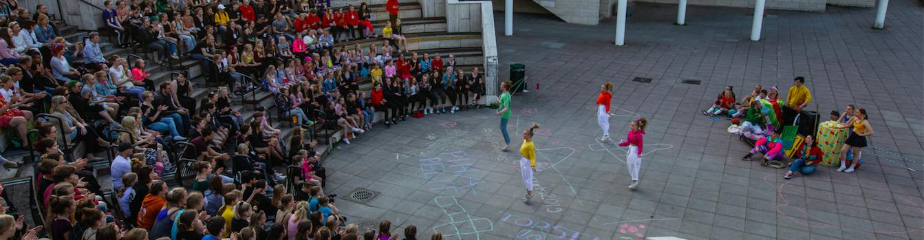 Sirkusesitys ulkotilassa urtsi-nuorisosirkusfestivaaleilla
